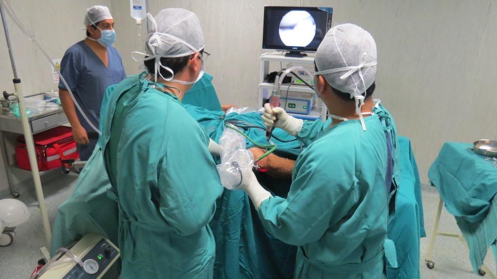 Equipo de médicos con anestesiologo
